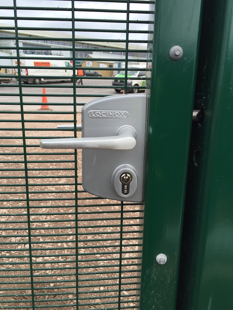 AUTO LATCH WITH DEADLOCK, KEYED ACCESS FROM BOTH SIDES